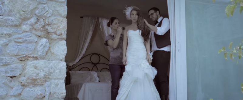 Η νύφη ετοιμάζεται στη νυφική σουίτα