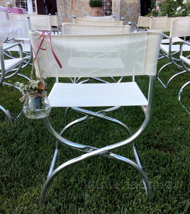 βαζάκι με λουλούδια στις καρέκλες της εκκλησίας