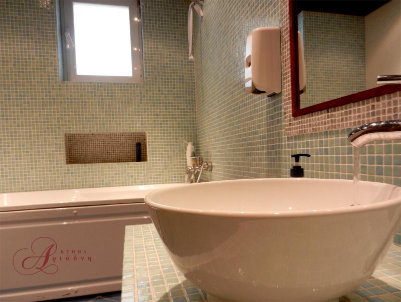 Το μπάνιο της σουίτας είναι μοντέρνο, ευρύχωρο και πλήρως λειτουργικό