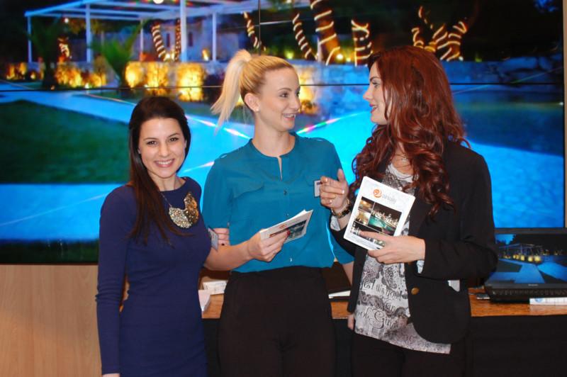 Η Δήμητρα, η Αλεξία και η Βαρβάρα στο περίπτερο της έκθεσης Bridal Expo