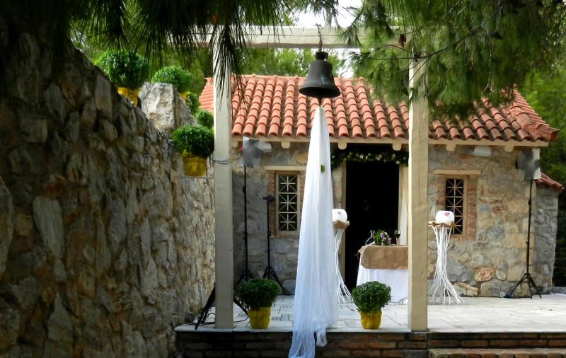 Διακόσμηση με λευκά υφάσματα, λεμόνια και βασιλικούς στην καμπάνα