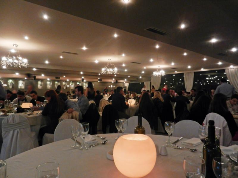 Στιγμιότυπο από την αίθουσα Φαιστός στο κτήμα Αριάδνη τη βραδιά κοπής της βασιλόπιτας