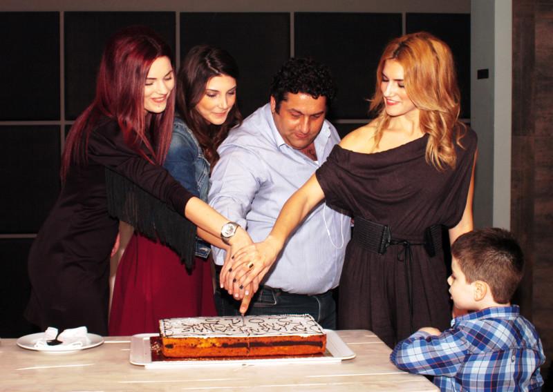 Ο CEO κ. Σταμάτης Χρήστου κόβει τη βασιλόπιτα του 2015 μαζί με τη Βαρβάρα, την Χρύσα και την Σοφία, τις θηλυκές κολώνες του γραφείου