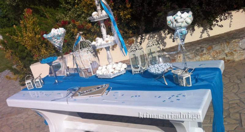 Τραπέζι βάπτισης με γλυκά και το βιβλίο ευχών