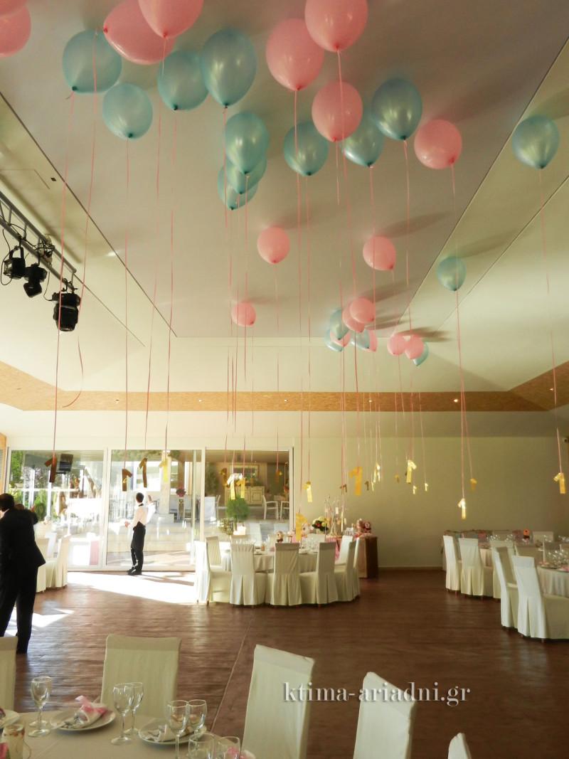 Τα μπαλόνια που αιωρούνταν και το σχοινί τους κατέληγε στον αριθμό 1 ήταν εντυπωσιακά και γρήγορα έγιναν παιχνίδι στα χέρια των παιδιών