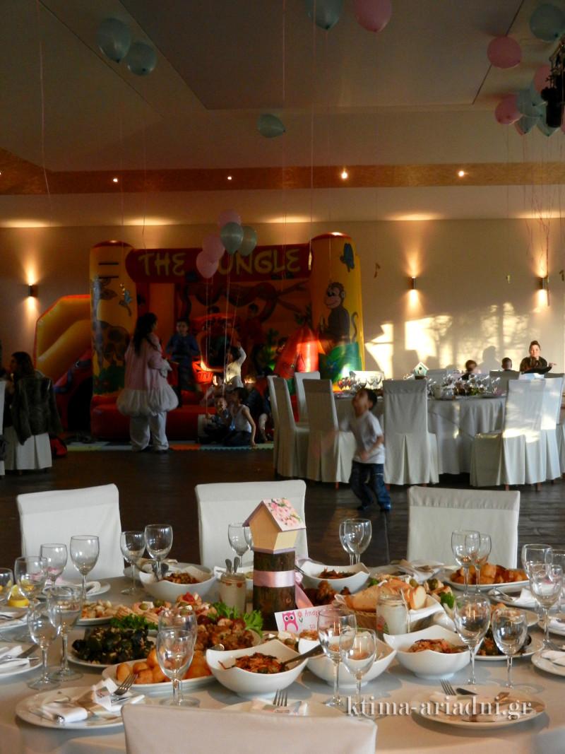 Το γεύμα ήταν σερβιριστό και όλα τα εδέσματα τοποθετήθηκαν στα τραπέζια για να τα απολαύσουν οι καλεσμένοι