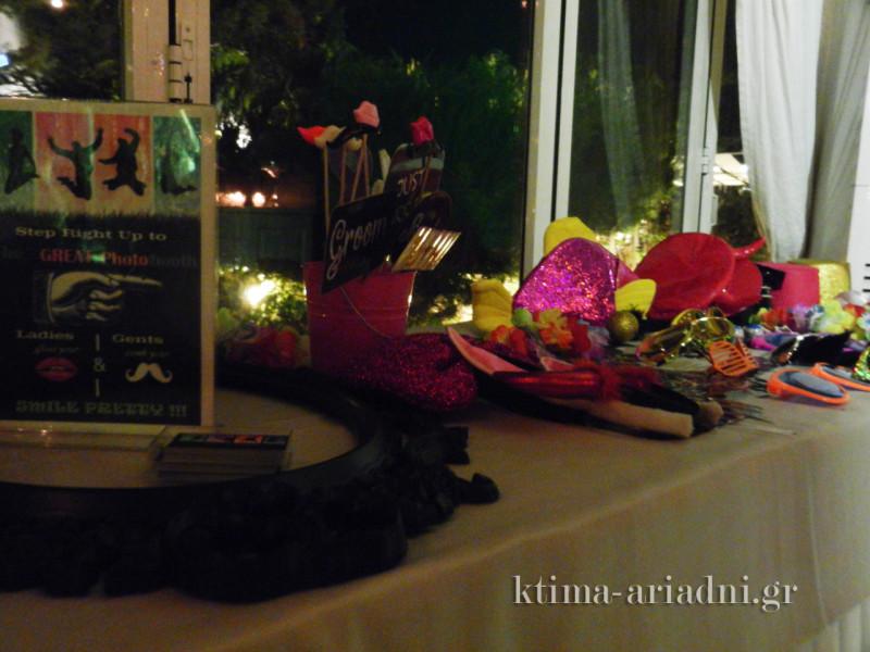 Ένα τραπέζι γεμάτο με αξεσουάρ για τις τρελές φωτογραφίες των καλεσμένων που συνόδευσαν τις ευχές τους στο βιβλίο ευχών