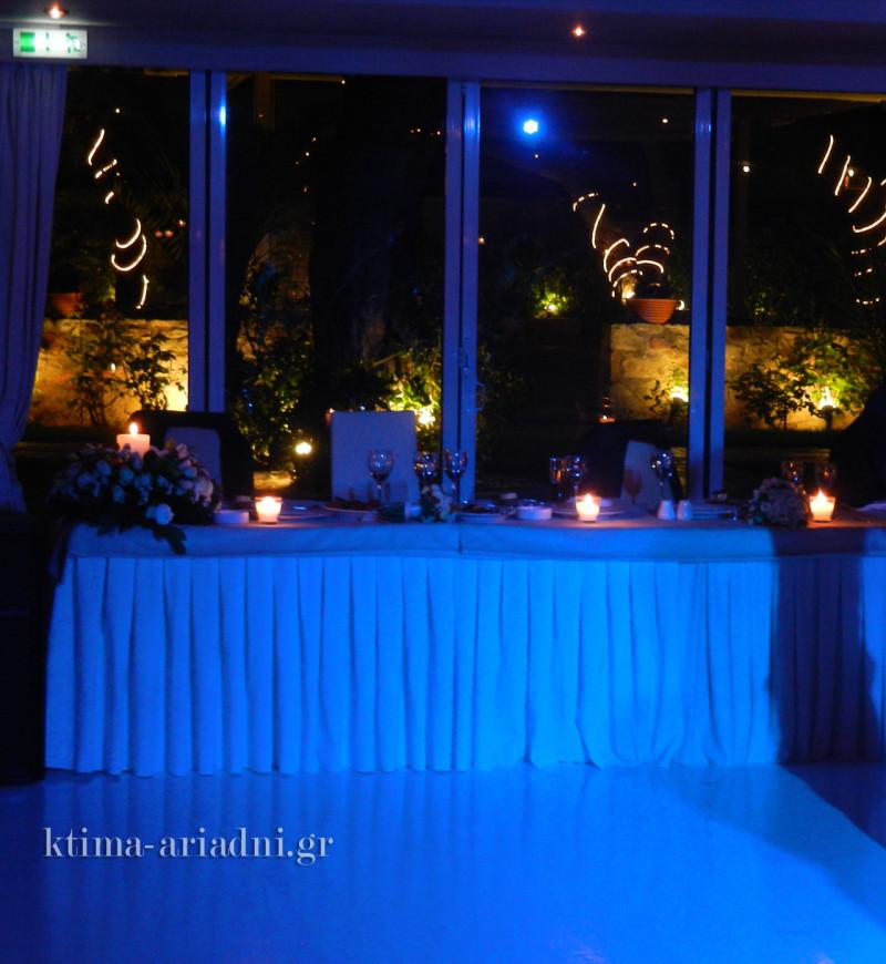Τέλειος συνδυασμός ... ο ατμοσφαιρικός φωτισμός  στην αίθουσα και τα φώτα του κήπου και των δέντρων