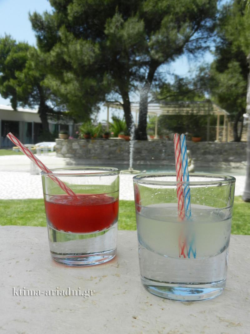 Daiquiri φράουλα και Margarita λεμόνι με φόντο τη λιμνούλα με το συντριβάνι στον χώρο Φαιστός του κτήματος Αριάδνη