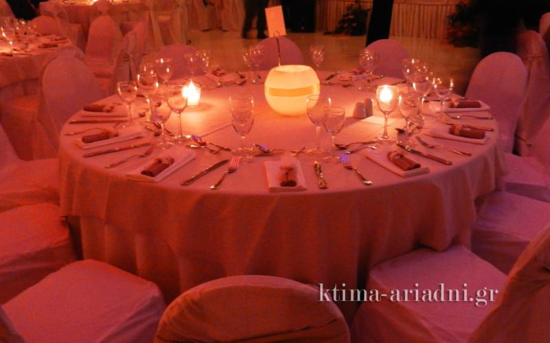 Ο φωτισμός της αίθουσας και τα κεριά στα τραπέζια δημιουργούν φανταστική ατμόσφαιρα