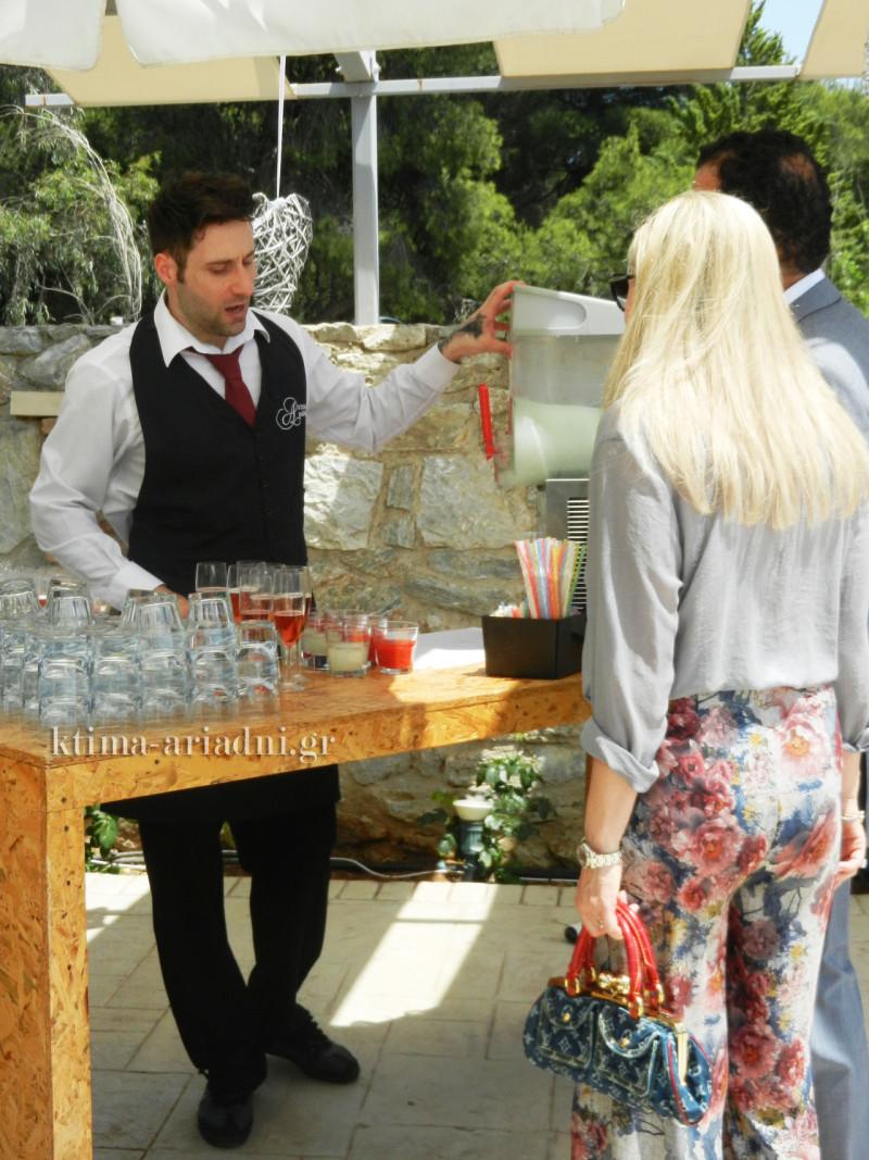 Οι καλεσμένοι, όταν φθάνουν στο μπαρ, ενημερώνονται από τους Barmen μας για τις επιλογές που υπάρχουν και διαλέγουν ποτό ανάλογα με τη διάθεσή τους. Οποιαδήποτε στιγμή μπορούν αν θέλουν να πάρουν κι άλλο ποτό ή να δοκιμάσουν κάποιο νέο