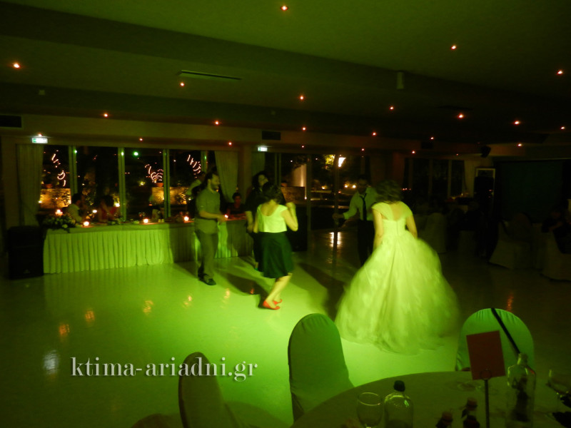 Let's rock! Η νύφη ροκάρει με φίλους στην πίστα