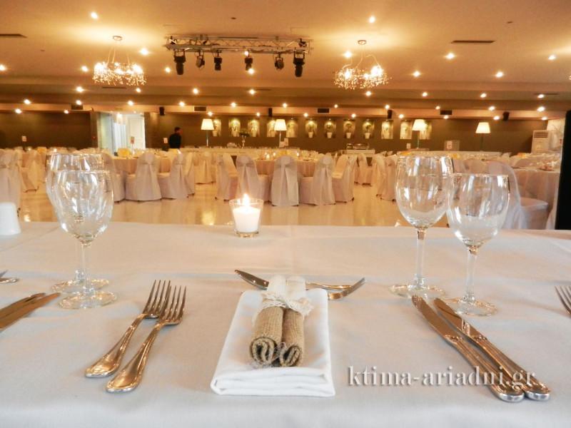Από το νυφικό τραπέζι, το ζευγάρι, οι γονείς και οι κουμπάροι έχουν άριστη οπτική επαφή με όλους τους καλεσμένους