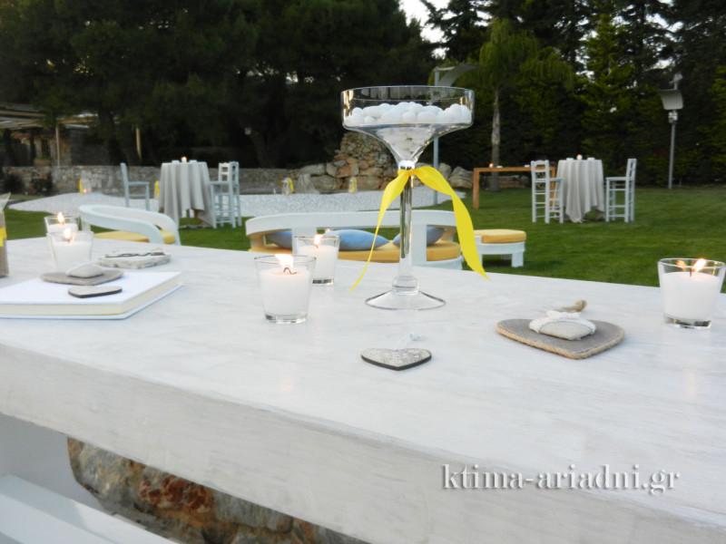 Στο τραπέζι ευχών κυρίαρχο χρώμα ήταν το λευκό, με το ζωηρό κίτρινο να τονίζει ευχάριστα τις λεπτομέρειες