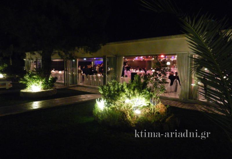 Μετά τα welcome drinks στον κήπο, οι καλεσμένοι πέρασαν στην αίθουσα και δημιουργήθηκαν νέες παρέες σε κάθε τραπέζι
