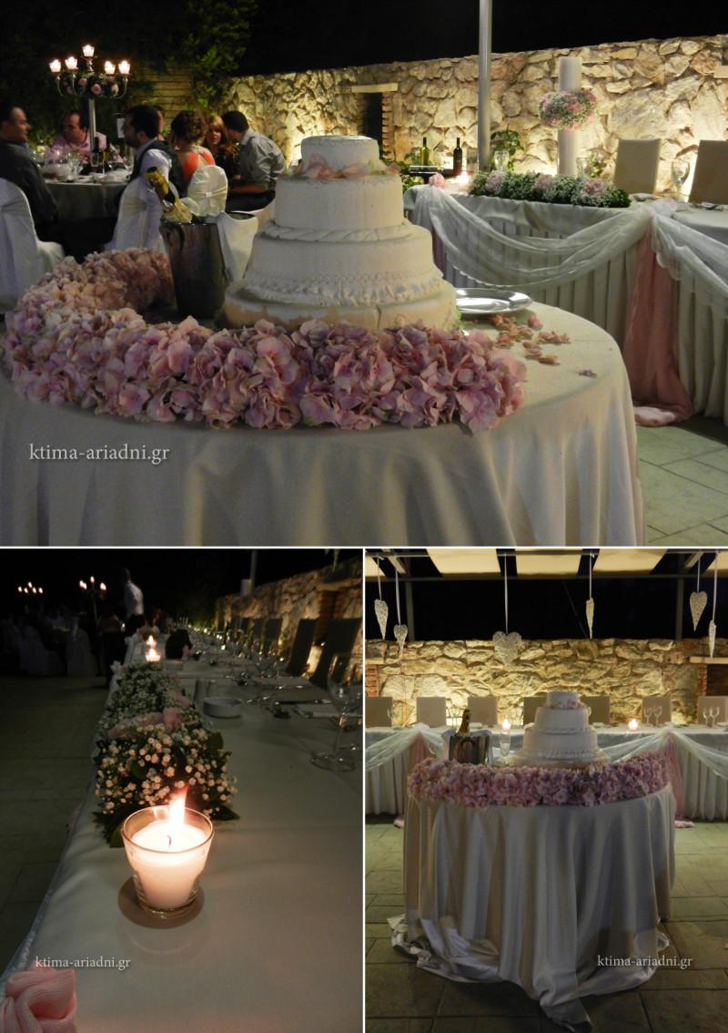 Το τραπέζι με τη γαμήλια τούρτα διακοσμήθηκε με φρέσκα λουλούδια, ορτανσίες, σε ροζ χρώμα και ολοκληρώθηκε ο ρομαντικός στολισμός του νυφικού τραπεζιού με τις λαμπάδες του γάμου να το αγκαλιάζουν