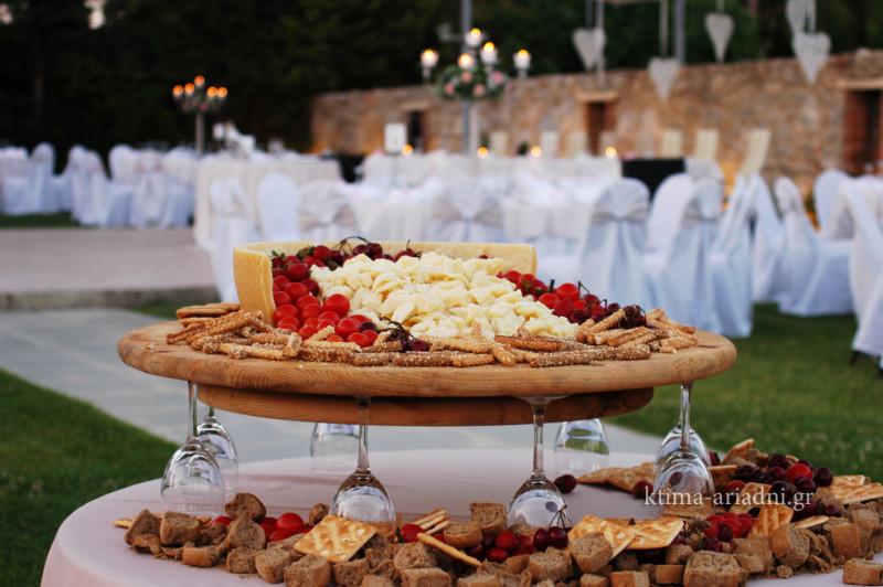 Λαχταριστή παρουσίαση στο stand παρμεζάνας με φράουλες κεράσια, τοματίνια, διαφόρων ειδών κριτσίνια και παξιμαδάκια