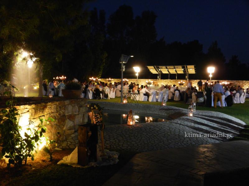 Ρομαντική η ατμόσφαιρα με τα κεριά και τα φανάρια γύρω από τη λιμνούλα