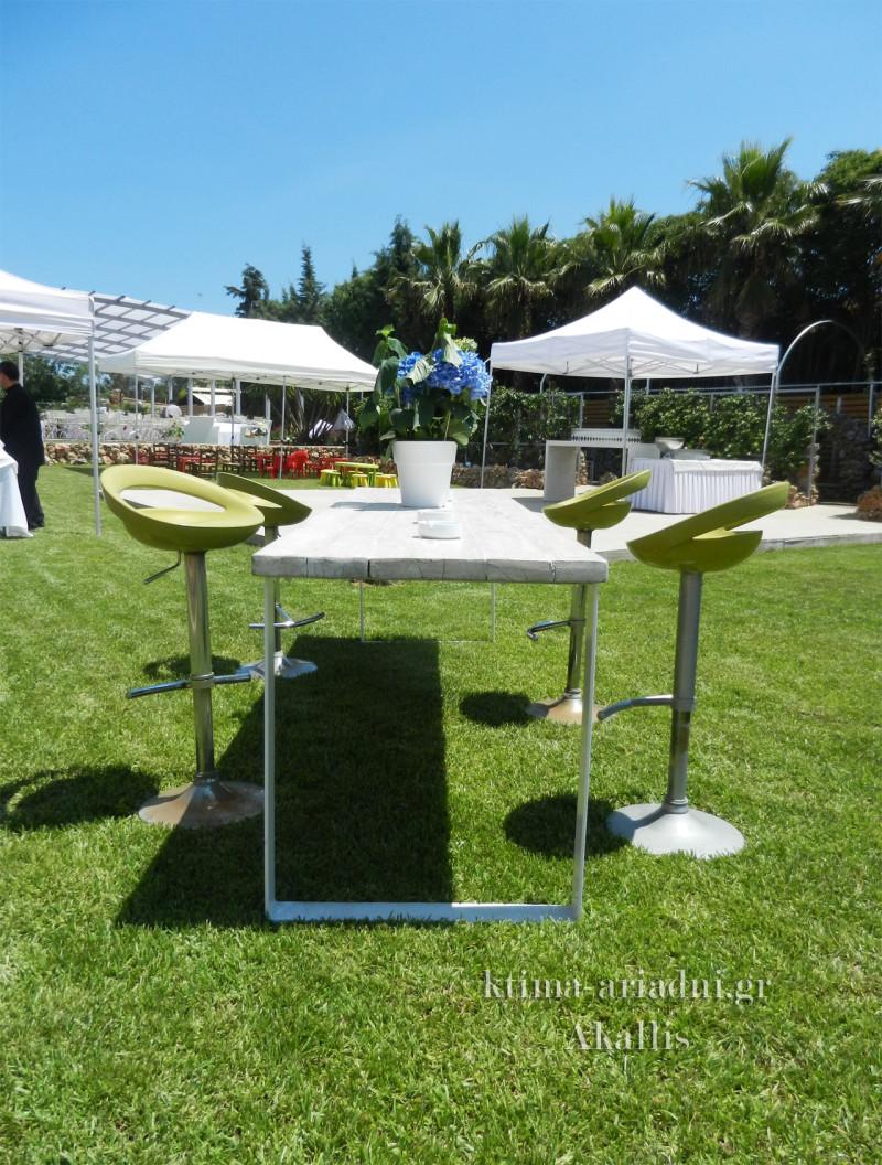 Σ' ένα καταπράσινο φυσικό περιβάλλον, τa welcome drinks πίνονται ευχάριστα κατά την προσέλευση του κόσμου