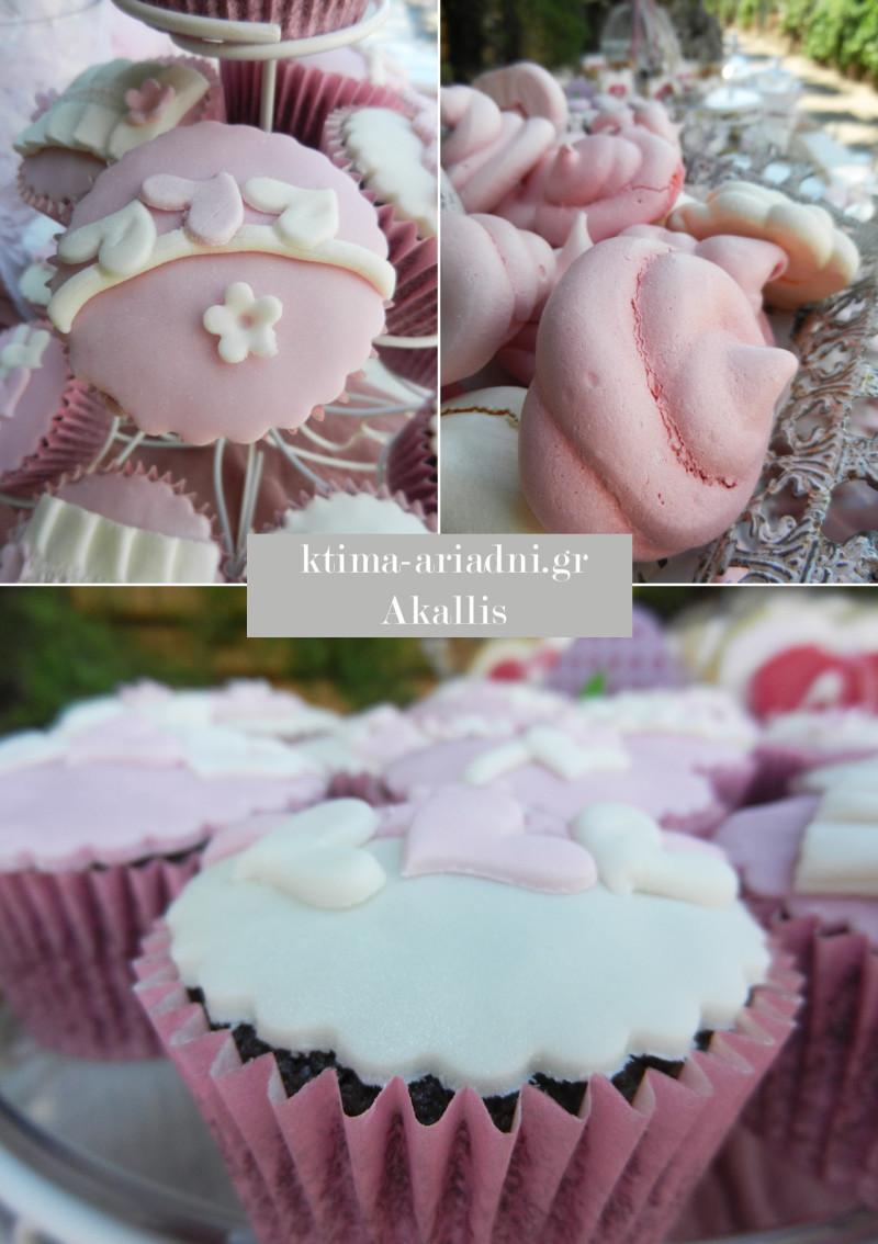 Λεπτομέρειες από τα cupcakes και τα άλλα γλυκά που υπήρχαν στο τραπέζι υποδοχής με το βιβλίο ευχών