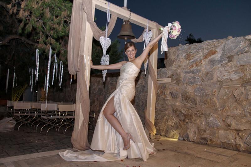 Η νύφη σε μια υπέροχη πόζα μετά το τέλος του μυστηρίου