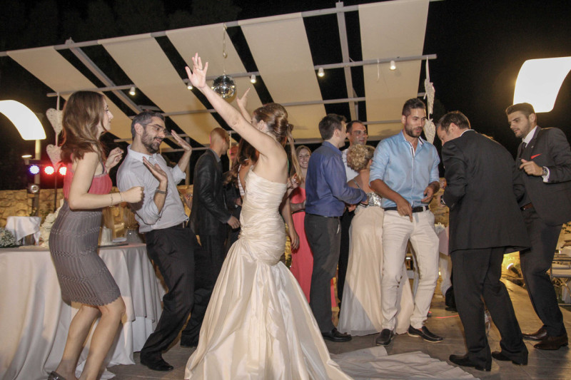 Η δεξίωση εξελίχθηκε σε ένα κεφάτο πάρτυ, όπου η Σοφία και ο Κώστας γλέντησαν με τους φίλους και τους συγγενείς τους