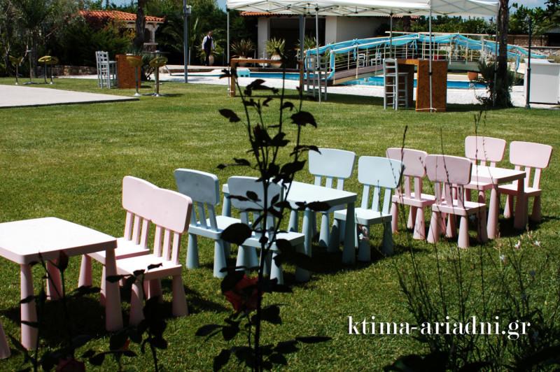 Παιδικά καρεκλάκια και τραπεζάκια στον κήπο του κτήματος Αριάδνη