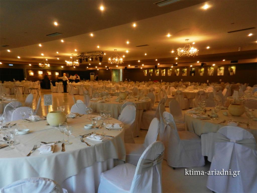 Η αίθουσα Φαιστός έτοιμη να υποδεχτεί τους καλεσμένους για τη δεξίωση γάμου της Άννας και του Παναγιώτη.