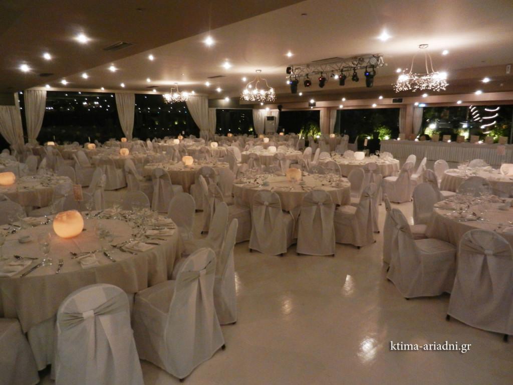 Γενική άποψη της αίθουσας Φαιστός με τις κερόμπαλες να διακοσμούν τα τραπέζια. Τα κεριά στο κέντρο τους δημιουργούν φιλόξενη και ζεστή ατμόσφαιρα στον χώρο