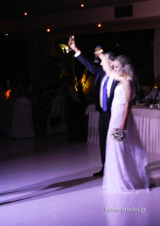 Οι νιόπαντροι υψώνουν τα ποτήρια με τη σαμπάνια και ευχαριστούν κατά την είσοδό τους, τους καλεσμένους τους