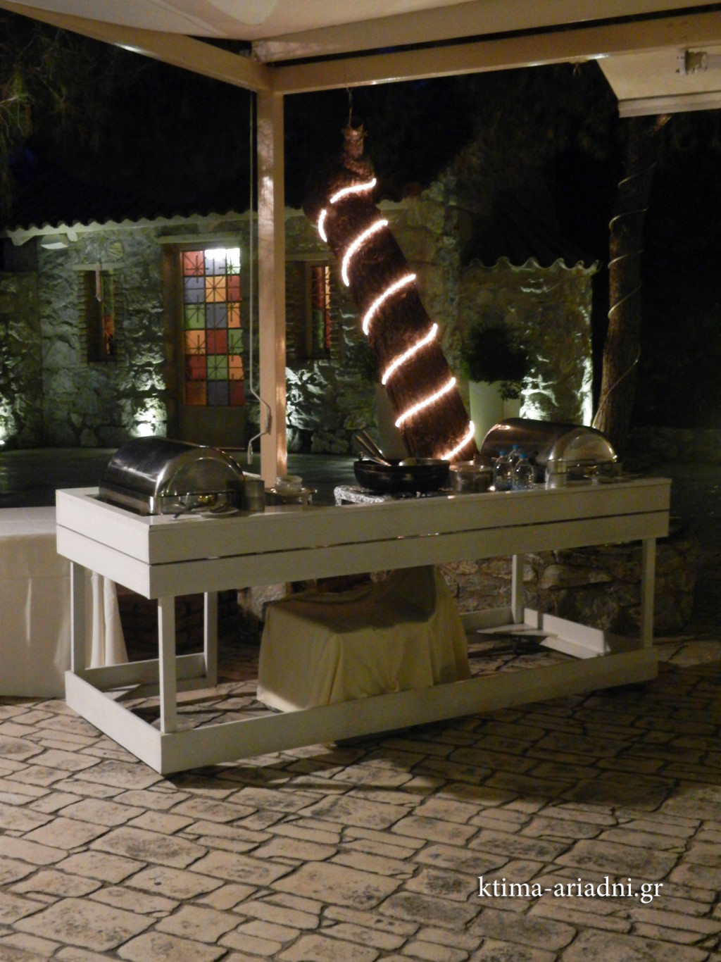 Το live cooking stand στο ωραιότερο σημείο, μπροστά από το εκκλησάκι του Αγ. Γεωργίου με τα όμορφα βιτρώ.