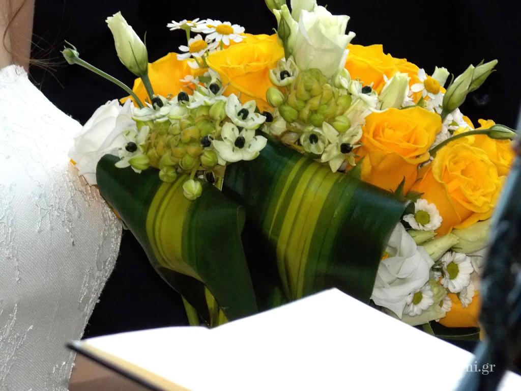 Η νυφική ανθοδέσμη της Πηνελόπης, με φρέσκα τριαντάφυλλα σε ζωηρό κίτρινο χρώμα