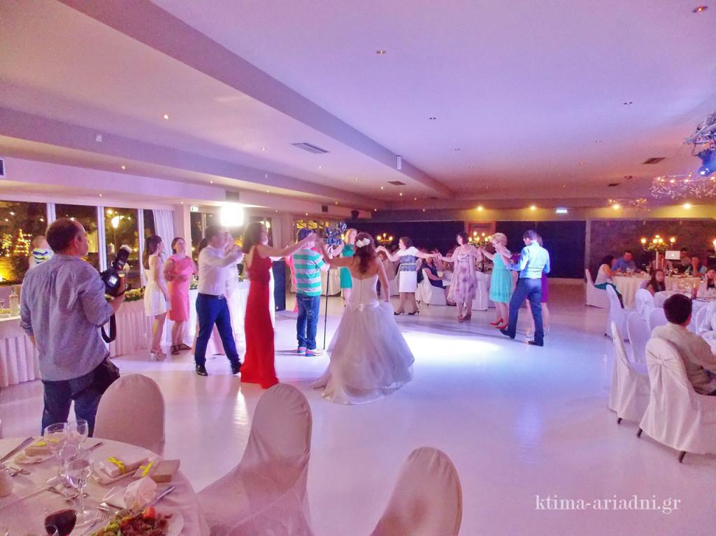 Το γλέντι έχει ξεκινήσει και η νύφη χορεύει συχνά πρώτη