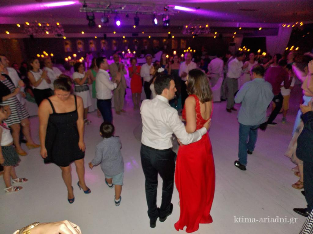 Η πίστα γεμίζει, οι καλεσμένοι διασκεδάζουν, χορεύουν και το κέφι παραμένει αμείωτο μέχρι τις πρωινές ώρες