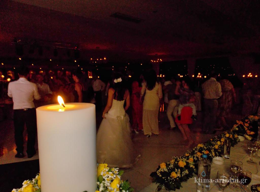 Η πίστα είναι μονίμως γεμάτη και οι καλεσμένοι χορεύουν ασταμάτητα με πρώτη και καλύτερη τη νύφη