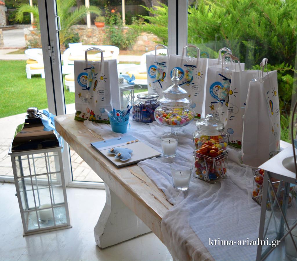 Το τραπέζι με το βιβλίο ευχών και τα διαφόρων ειδών γλυκά αμαρτήματα