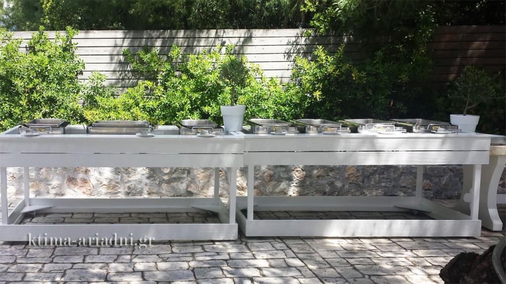Οι μπουφέδες με τα γευστικά εδέσματα τοποθετήθηκαν επίσης πάνω στο πλακόστρωτο