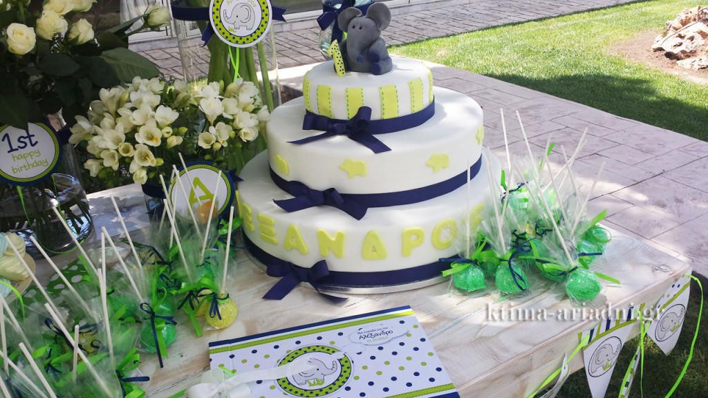 Οι τούρτες ήταν το centerpiece των τραπεζιών, αλλά μια τούρτα ξεχώριζε στο τραπέζι με το βιβλίο ευχών. Ήταν η τούρτα του Αλέξανδρου για τα πρώρα γενέθλιά του