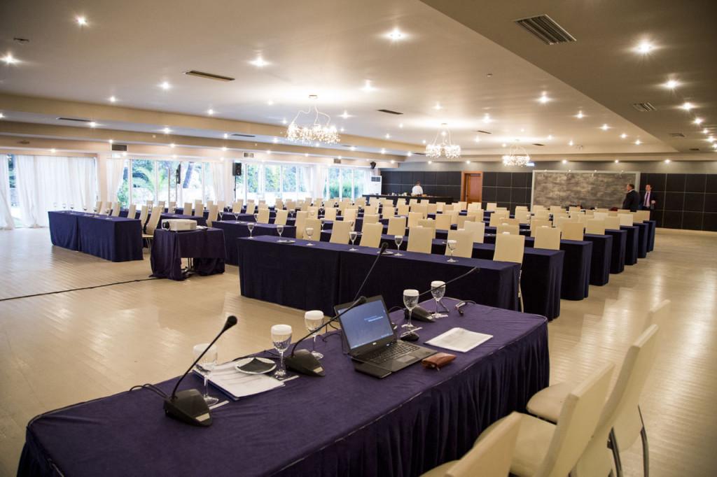 Συνέδριο στην αίθουσα Φαιστός στο κτήμα Αριάδνη με όλο τον απαραίτητο εξοπλισμό για την επιτυχή διεξαγωγή του