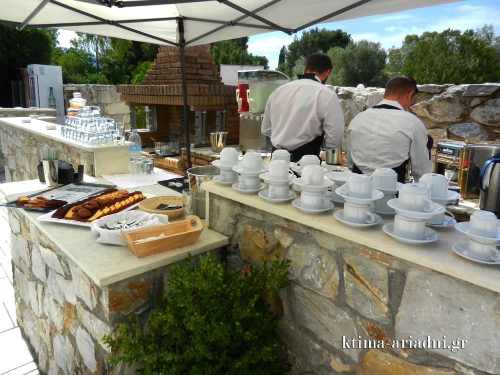 Διάθεση καφέ, ροφημάτων και αρτοποιημάτων μπορεί να υπάρχει καθόλη τη διάρκεια μιας εκδήλωσης, αλλά και για τις ώρες των coffee breaks που έχουν οριστεί στο πρόγραμμα μιας εκδήλωσης. Παραθέτονται στους εξωτερικούς χώρους ή στις αίθουσες, ανάλογα με την εποχή, το είδος του event και το setup του χώρου