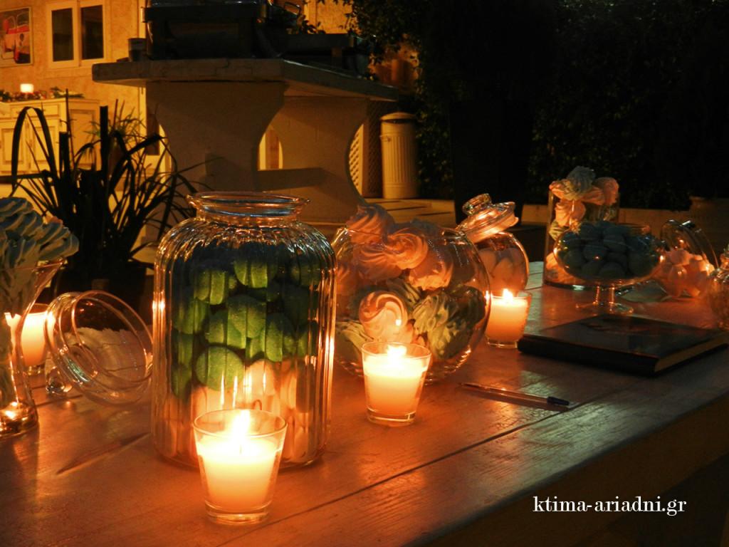 Γυάλες με γλυκά κεράσματα και πολλά κεριά, διακοσμούν το τραπέζι με το βιβλίο ευχών και το αποτέλεσμα είναι γλυκά ρομαντικό