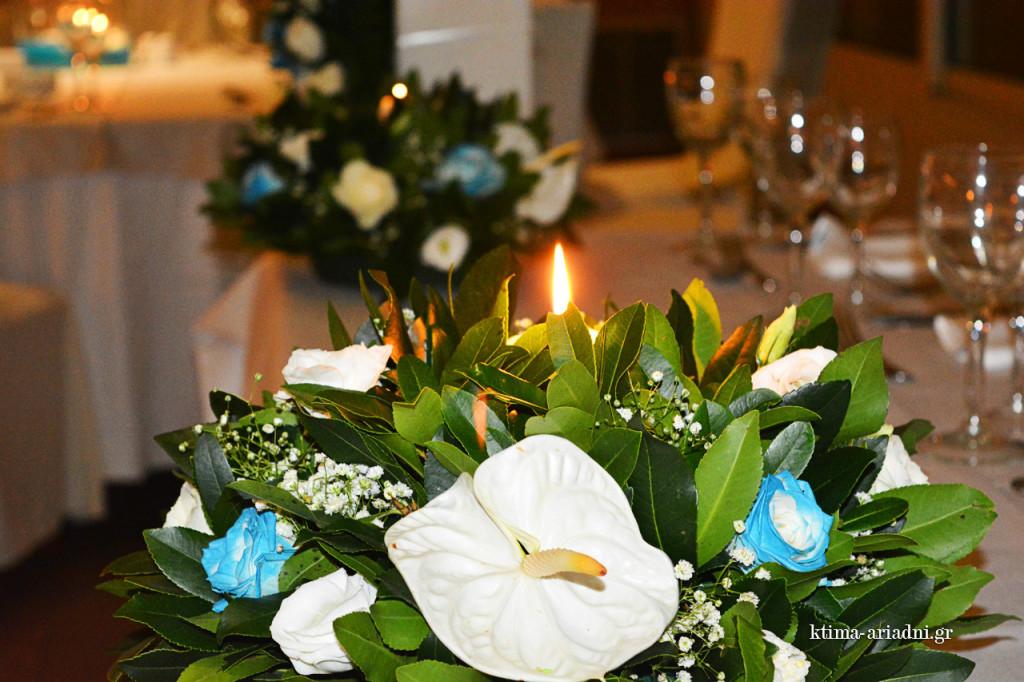 Λεπτομέρεια της ανθοσύνθεσης που αποκτά ρομαντικό ύφος με το κερί που έχει στη μέση