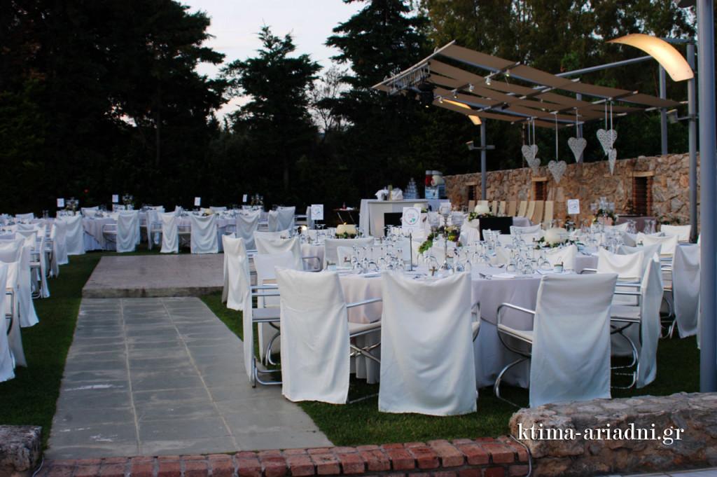 Τα τραπέζια των καλεσμένων βρίσκονται γύρω από τον πλακόστρωτο χώρο της πίστας κι έχουν όλα άριστη οπτική επαφή με το νυφικό τραπέζι