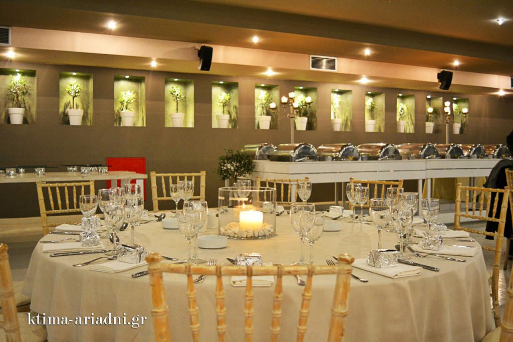 Τα τραπέζια στρώθηκαν και διακοσμήθηκαν κομψά για να φιλοξενήσουν ... εμάς αυτή τη βραδιά