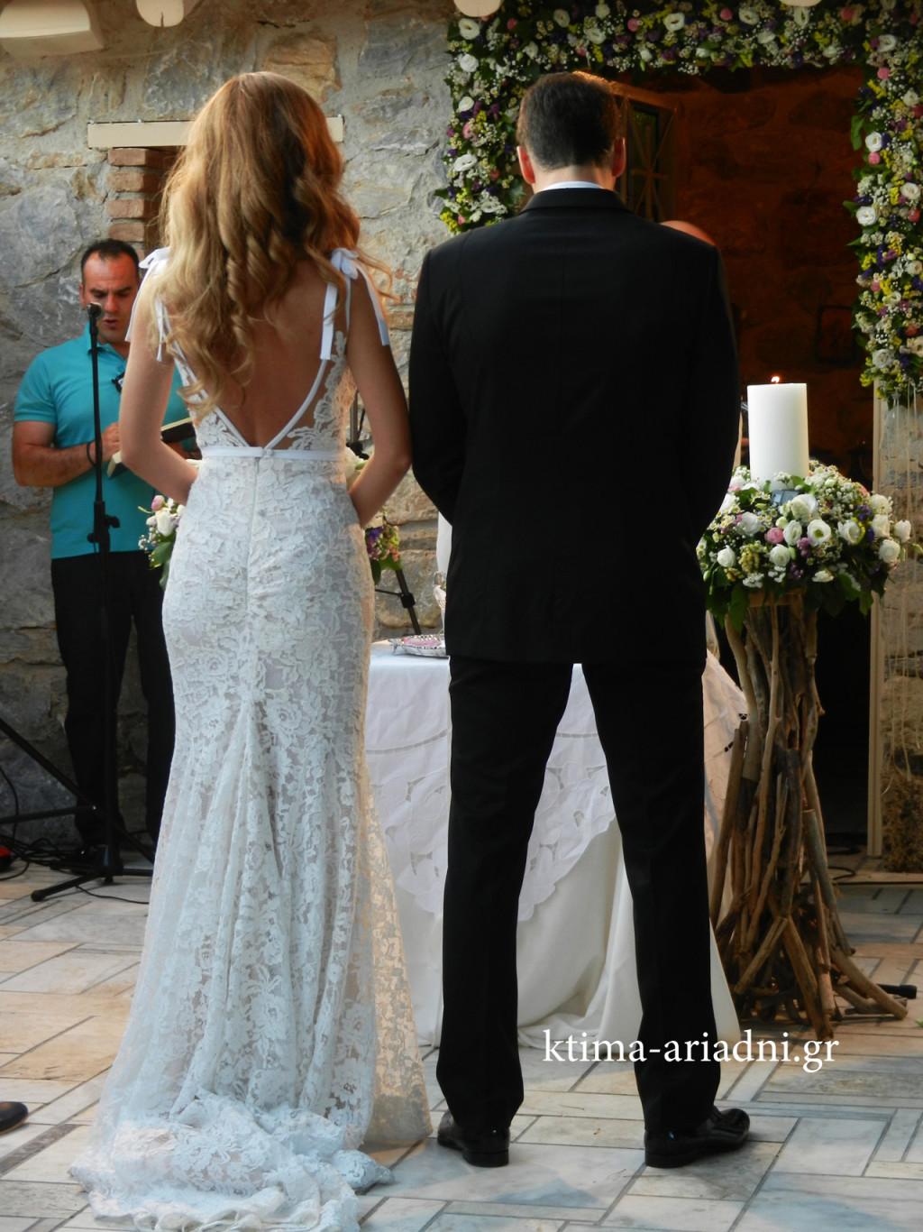 Η Κέλλυ και ο Ερμης τη στιγμή που φθάνουν μπροστά στον ιερέα για να ξεκινήσει το μυστήριο του γάμου