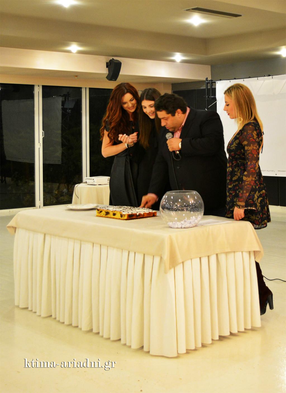Ο CEO Σταμάτης Χρήστου, κόβει την βασιλόπιτα πλαισιωμένος από τις κυρίες του τμήματος δεξιώσεων, (αριστ.)Βαρβάρα Στραβοκέφαλου, Χρύσα Καρακωνσταντή και Τόνια Παρδαλάκη