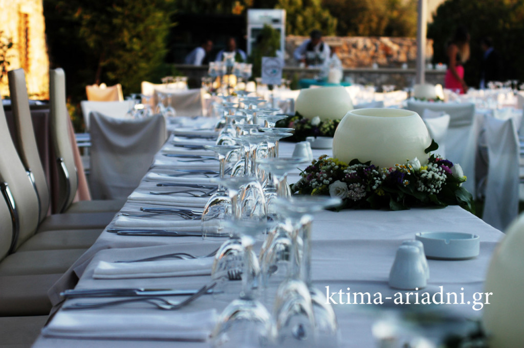 Το νυφικό τραπέζι διακοσμημένο με τις κερόμπαλες του κτήματος και υπέροχες ανθοσυνθέσεις - στεφανάκια