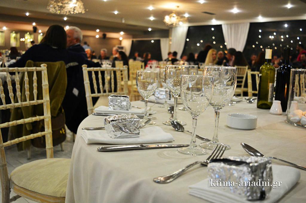 Τα τραπέζια σιγά - σιγά γεμίζουν και οι συζητήσεις έχουν ξεκινήσει