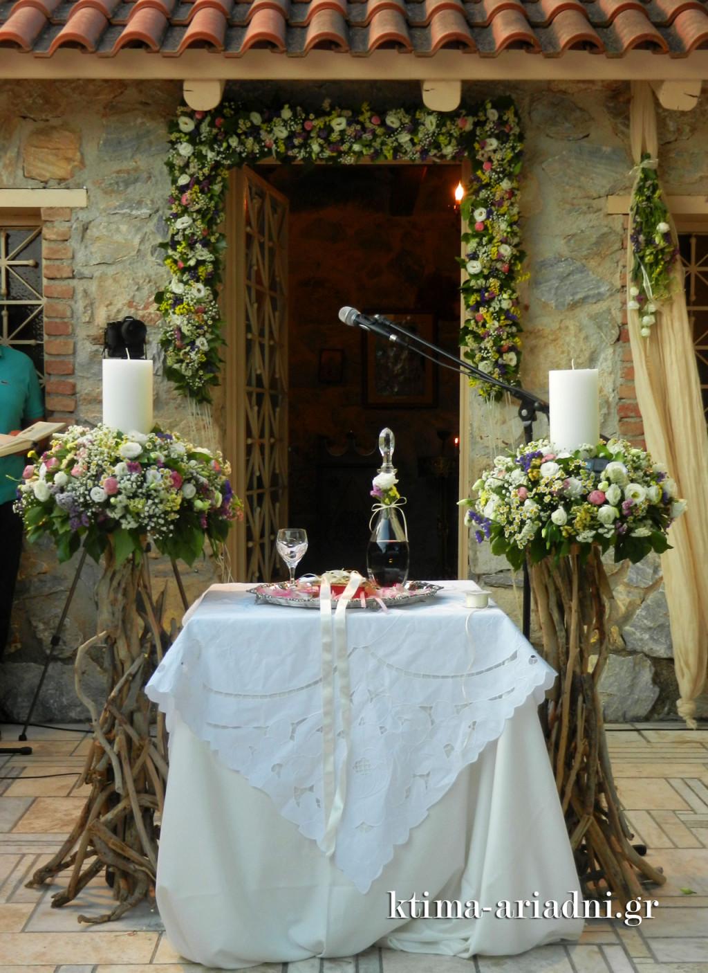 Ο στολισμός της εκκλησίας ήταν επίσης πολύ όμορφος και με βάση τα λουλούδια και τις υπέροχες συνθέσεις