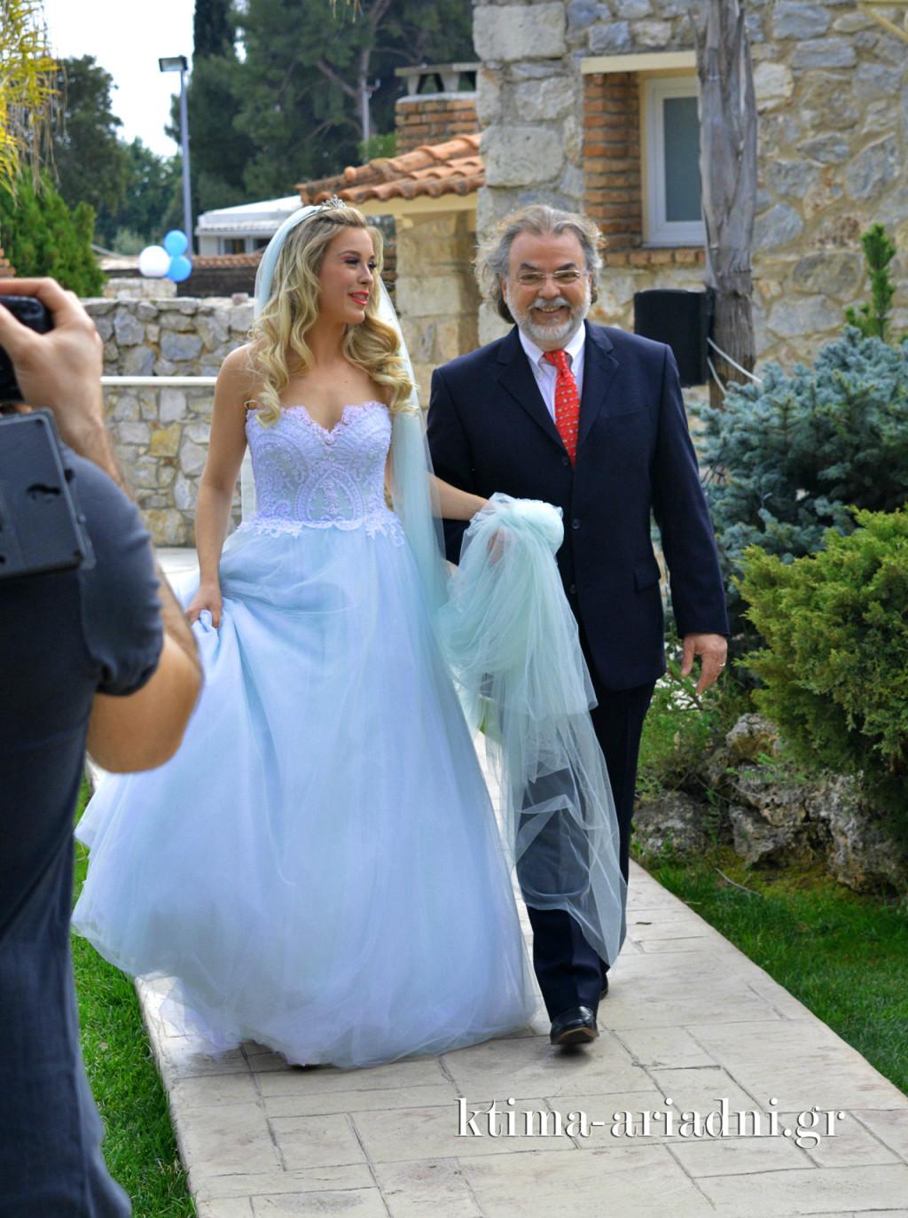 Η είσοδος της νύφης Μπάρμπι συνοδεία του γιατρού κου Παπαδάκη